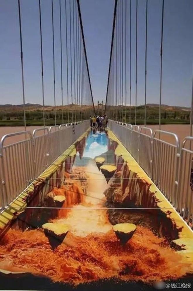 Trung Quốc: Du khách rụng rời chân tay khi ghé thăm cây cầu kính kết hợp công nghệ 3D - Ảnh 2.