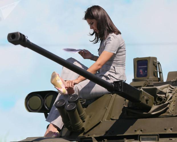 """Những quý cô đam mê vũ khí """"xâm chiếm"""" triển lãm quốc phòng thế giới - Ảnh 4."""