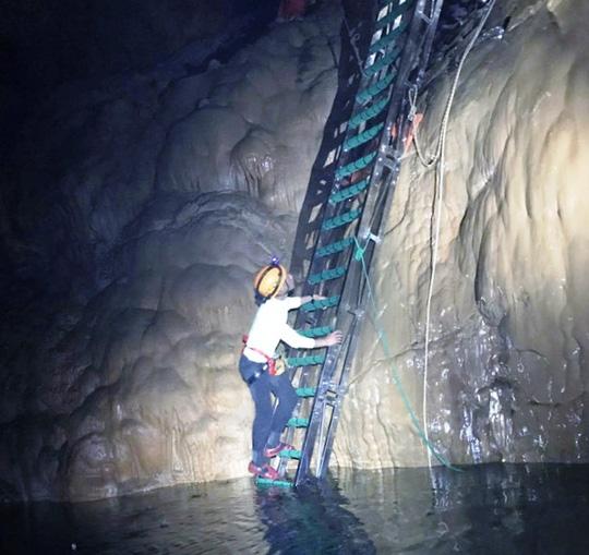 Khoan thạch nhũ hàng triệu năm để lắp thang sắt trong hang Sơn Đoòng - Ảnh 1.