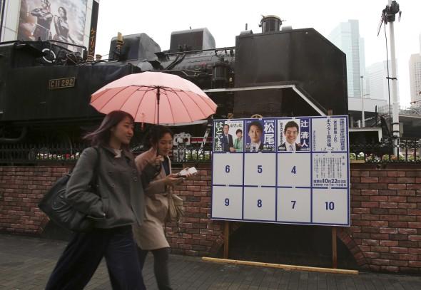 Siêu bão Lan tấn công khiến Nhật phải đẩy nhanh bầu cử và hủy hơn 300 chuyến bay - Ảnh 2.