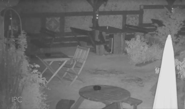 Nghe nhân viên kháo nhau về tiếng bước chân bí ẩn trong quán, người đàn ông lắp camera và phát hiện thấy ghế tự di chuyển - Ảnh 2.