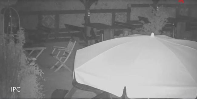 Nghe nhân viên kháo nhau về tiếng bước chân bí ẩn trong quán, người đàn ông lắp camera và phát hiện thấy ghế tự di chuyển - Ảnh 3.