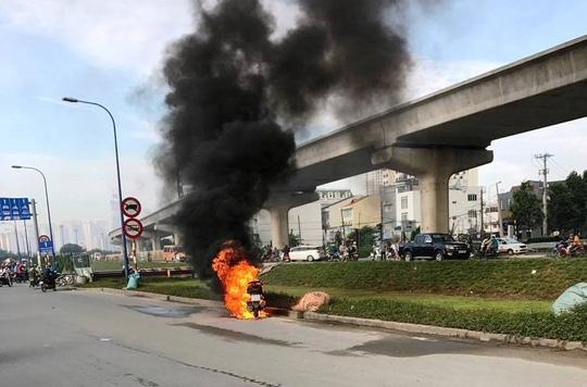 Xe máy cháy như đuốc, chủ xe bỏ đi sau sự cố - Ảnh 1.