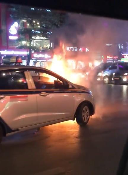 Hà Nội: Xe hơi đột nhiên bốc cháy khi đang đi trên đường Trần Duy Hưng - Ảnh 2.
