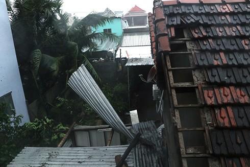 Bão số 12 đã đổ bộ vào Khánh Hòa: 27 người chết, hàng nghìn nhà dân bị sập tường, bay mái - Ảnh 2.