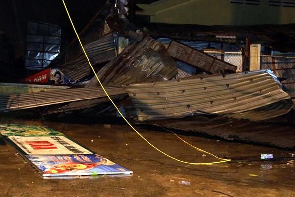 Bão số 12 đã đổ bộ vào Khánh Hòa: 27 người chết, hàng nghìn nhà dân bị sập tường, bay mái - Ảnh 5.