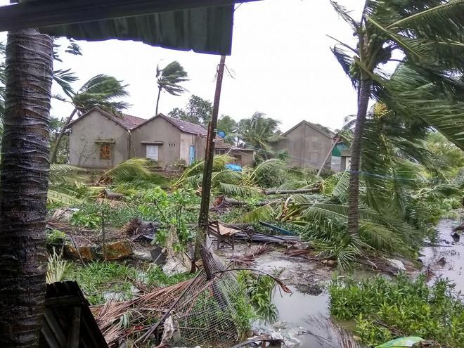 Bão số 12 đã đổ bộ vào Khánh Hòa: 27 người chết, hàng nghìn nhà dân bị sập tường, bay mái - Ảnh 3.