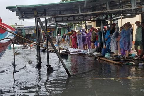 Bão số 12 đã đổ bộ vào Khánh Hòa: 27 người chết, hàng nghìn nhà dân bị sập tường, bay mái - Ảnh 8.
