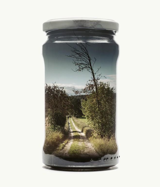 Chiêm ngưỡng bộ ảnh Gom cả thế gian vào lọ thủy tinh của nhiếp ảnh gia Christoffer Relander - Ảnh 2.