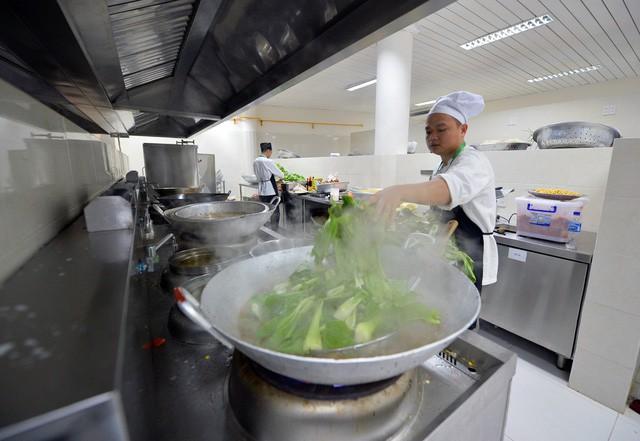 Khám phá bếp ăn phục vụ 3.000 phóng viên ở Trung tâm Báo chí APEC - Ảnh 2.