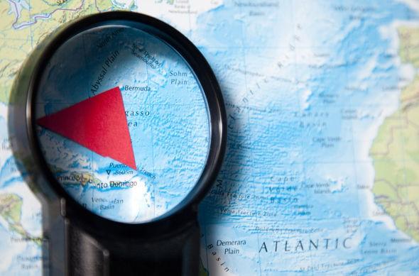 Bí ẩn kim tự tháp thủy tinh khổng lồ bên dưới tam giác quỷ Bermuda - Ảnh 3.