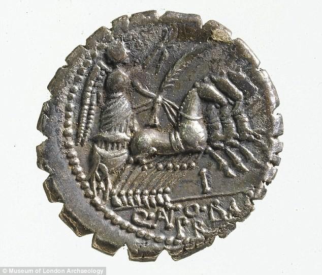 Phát hiện kho báu 2.500 năm tuổi ở một nơi không ai ngờ tới trong lâu đài cổ  - Ảnh 4.