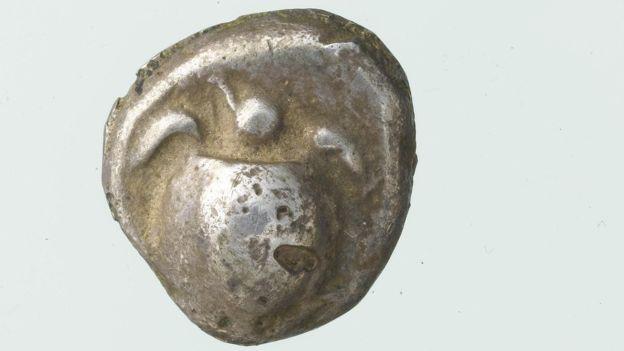 Phát hiện kho báu 2.500 năm tuổi ở một nơi không ai ngờ tới trong lâu đài cổ  - Ảnh 5.