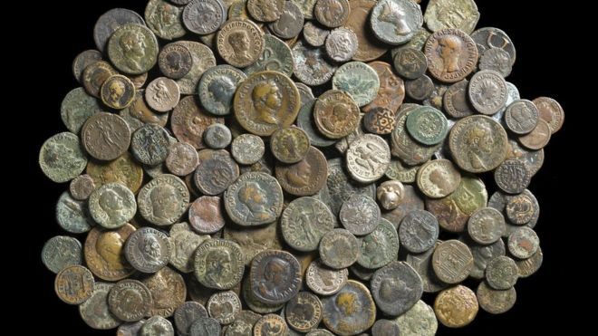 Phát hiện kho báu 2.500 năm tuổi ở một nơi không ai ngờ tới trong lâu đài cổ  - Ảnh 1.