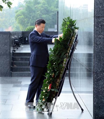 Ảnh: Chủ tịch Trung Quốc Tập Cận Bình vào Lăng viếng Chủ tịch Hồ Chí Minh - Ảnh 1.
