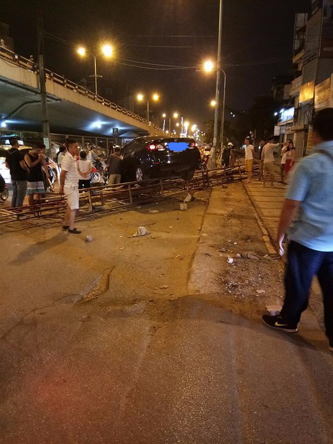 Hà Nội: Xe hơi mất lái húc bay rào chắn tàu hỏa ngã 4 Trường Chinh - Giải Phóng - Ảnh 1.