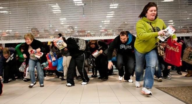 Black Friday: Nguồn cơn cho những cuộc hỗn chiến giật đồ mỗi mùa sales của hội cuồng shopping đến từ đâu? - Ảnh 2.