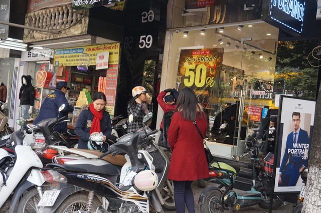 Cửa hàng thời trang, siêu thị giảm giá sâu ngày Black Friday  - Ảnh 2.