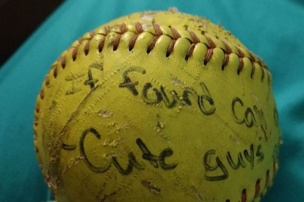 Ném quả bóng với lời nhắn tìm bạn trai xuống biển, cô nàng ngớ người khi 6 năm sau có người hồi đáp - Ảnh 1.