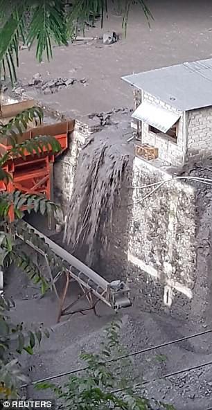 Xuất hiện dòng sông đen ngòm sau khi núi lửa ở Bali nhả cột khói cao 4000m - Ảnh 2.