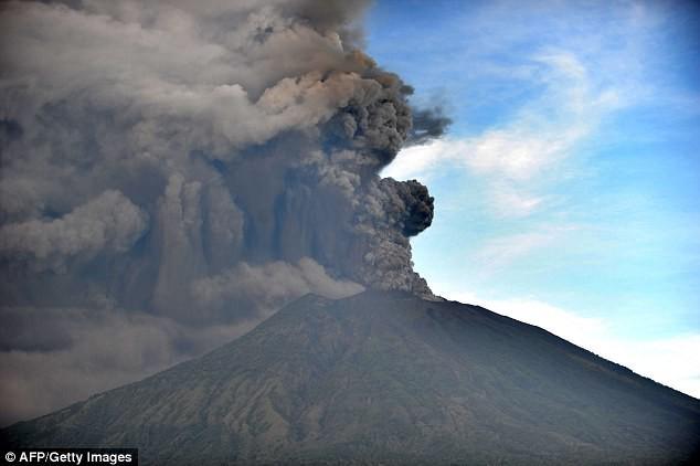 Xuất hiện dòng sông đen ngòm sau khi núi lửa ở Bali nhả cột khói cao 4000m - Ảnh 6.
