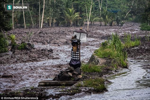Xuất hiện dòng sông đen ngòm sau khi núi lửa ở Bali nhả cột khói cao 4000m - Ảnh 4.