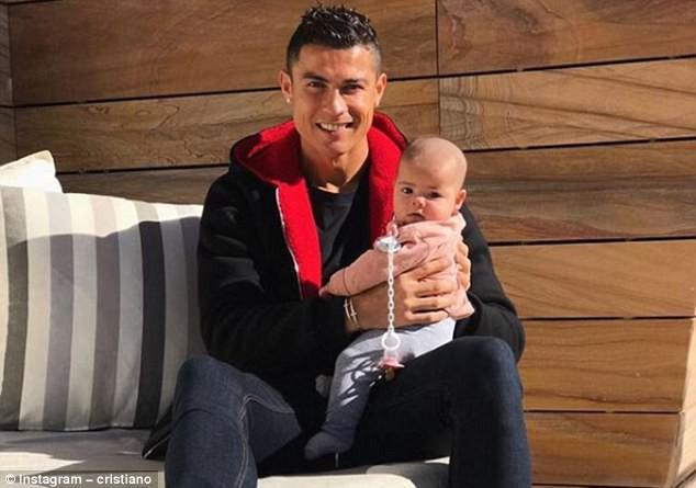 Bức ảnh Ronaldo tắm nắng cho con gái kháu khỉnh gây bão mạng - Ảnh 1.