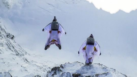 """Lao từ đỉnh núi, """"người bay"""" đáp vào máy bay trên không - Ảnh 1."""