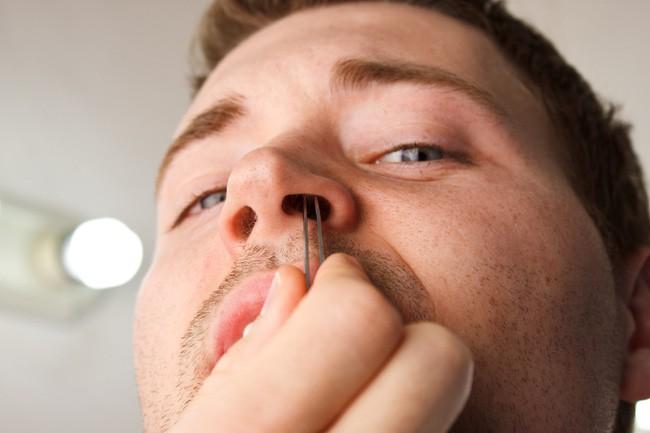 Những thói quen có hại cho tai mũi họng - Ảnh 2.