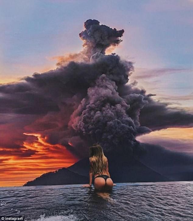 Vì vài bức hình mà bất chấp cả mạng sống: Núi lửa cứ rình rập phun, du khách vẫn vô tư chụp ảnh - Ảnh 1.