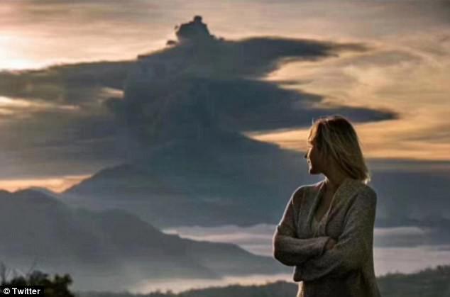 Vì vài bức hình mà bất chấp cả mạng sống: Núi lửa cứ rình rập phun, du khách vẫn vô tư chụp ảnh - Ảnh 2.