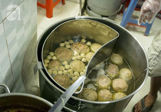 Có gì trong tô bò viên khổng lồ ở quán lề đường Sài Gòn, giá 200 ngàn, 6 người ăn no mới hết? - Ảnh 3.