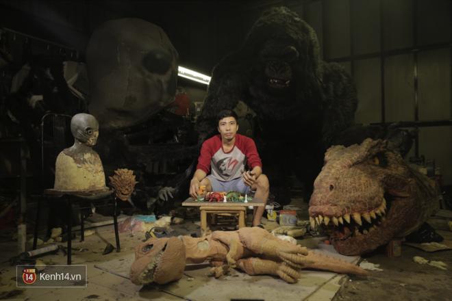 Biết tin bị ung thư vòm họng, chàng trai bỏ việc về mở xưởng làm... mô hình quái vật - Ảnh 2.