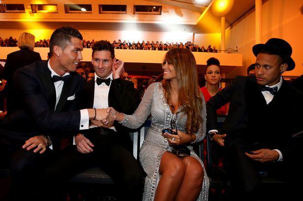 Messi, chứ không phải Ronaldo, xứng đáng giành Quả bóng Vàng 2017 - Ảnh 1.