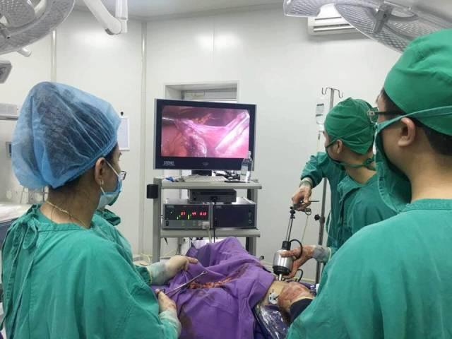 Cắt khối u xơ tử cung khủng gần bằng thai 5 tháng tuổi - Ảnh 1.