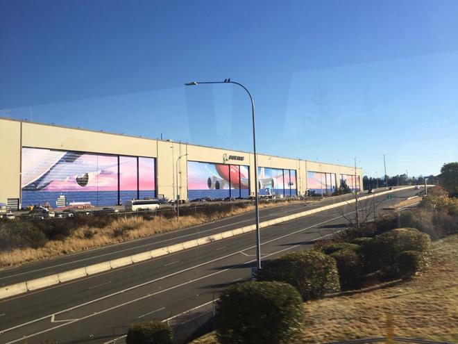 Dạo một vòng quanh nhà máy sản xuất máy bay lớn nhất của Boeing - Ảnh 1.