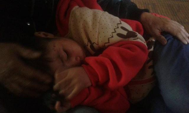 Sáng nay, bé trai bị bố đẻ và mẹ kế bạo hành dã man đã đi học trở lại - Ảnh 1.