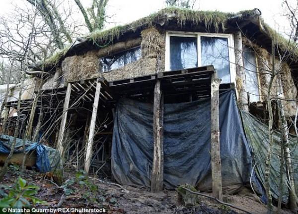 'Dị ứng' với cuộc sống hiện đại, cặp vợ chồng rủ nhau lên rừng dựng nhà - Ảnh 1.