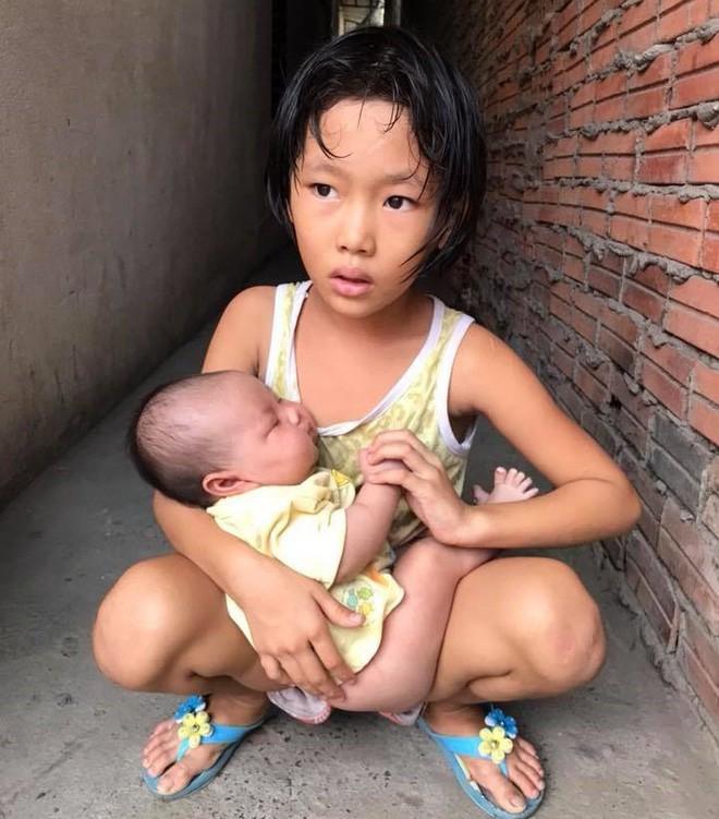 Bố bỏ đi theo vợ nhỏ, bé gái 7 tuổi nghỉ học ở nhà lấy sữa lon pha loãng cho em 2 tháng uống vì không có tiền - Ảnh 2.