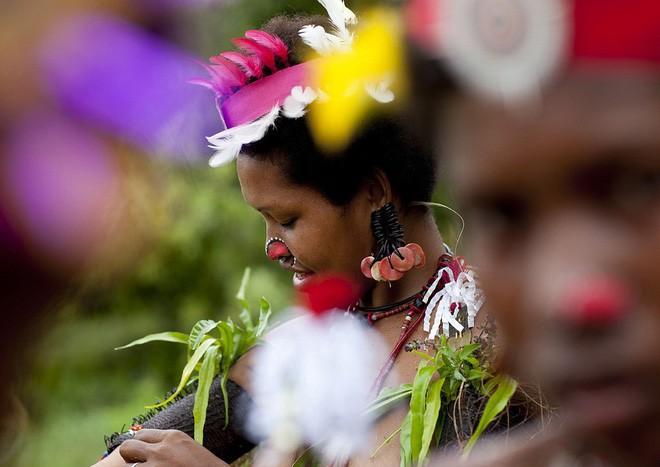 Chuyện yêu thú vị ở đảo quốc nữ quyền: Cứ đến mùa khoai, phụ nữ lại đi săn trai, có những căn lều để ngoại tình thoải mái - Ảnh 5.