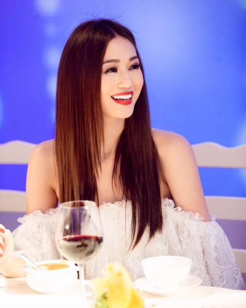 Vượt mặt hoa hậu, á hậu, đây là nữ diễn viên mặc gợi cảm ở mọi thảm đỏ 2017 - Ảnh 1.