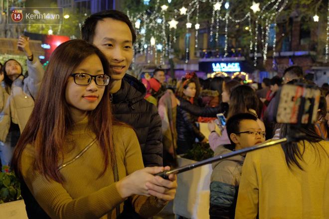 Giới trẻ Hà Nội kéo xuống phố đông nghịt đi chơi Noel - Ảnh 2.