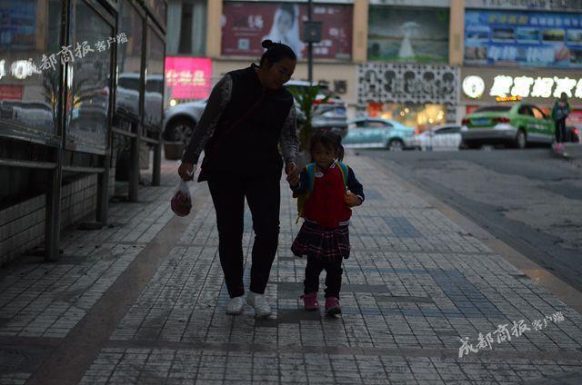Nghe cháu gái 4 tuổi gọi bà ngoại là mẹ, ai cũng cười ngược đời, nhưng câu chuyện phía sau sẽ khiến ta rơi lệ - Ảnh 2.