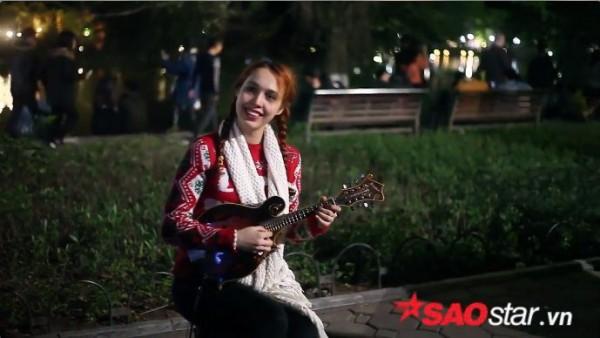 Clip: Cô gái nước ngoài solo đàn ukulele 'cực chất' trong đêm Giáng sinh - Ảnh 1.