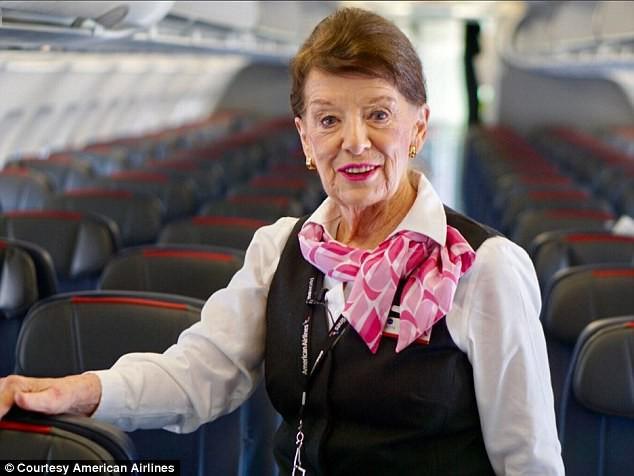 81 tuổi vẫn làm tiếp viên hàng không, cụ bà được mệnh danh Nữ hoàng của bầu trời - Ảnh 1.