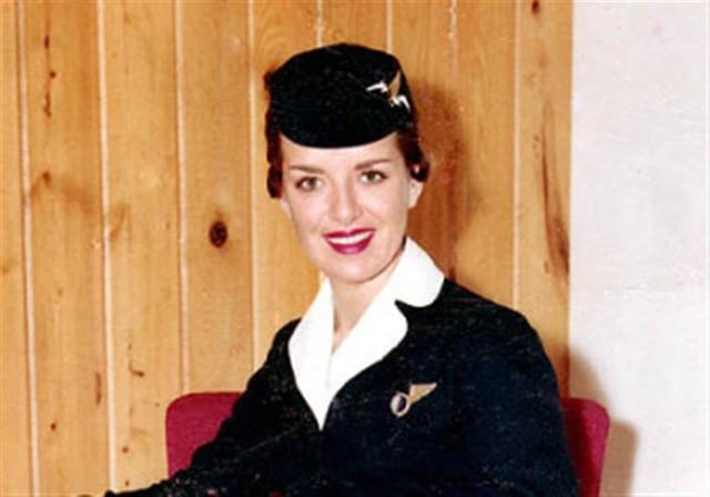 81 tuổi vẫn làm tiếp viên hàng không, cụ bà được mệnh danh Nữ hoàng của bầu trời - Ảnh 2.