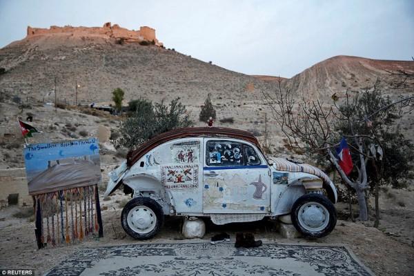 Khách sạn nhỏ nhất thế giới ẩn nấp trong 'con bọ' Volkswagen - Ảnh 2.