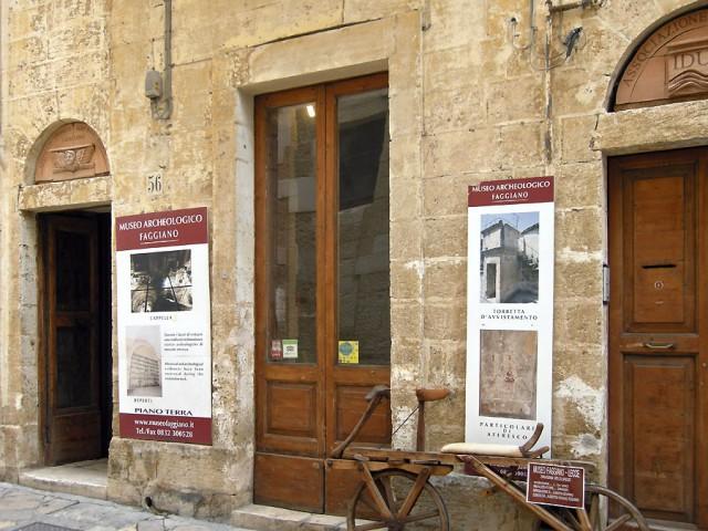 Sửa nhà vệ sinh cũ, người đàn ông phát hiện cả một kho tàng lịch sử vô giá từ hàng thế kỷ trước - Ảnh 1.