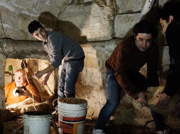 Sửa nhà vệ sinh cũ, người đàn ông phát hiện cả một kho tàng lịch sử vô giá từ hàng thế kỷ trước - Ảnh 2.