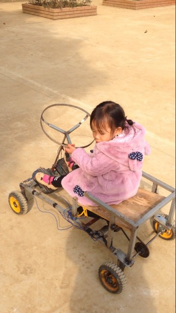 Bé nào cũng thích đồ chơi, nhưng mấy ai có bố khéo tay như nhà sáng chế thế này, làm xe tự lái tặng con gái mới chịu - Ảnh 3.
